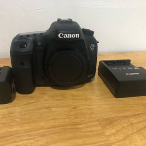 CAMERA CANON EOS 7D MARK II WITH BATTERY AND CHARGER for Sale in Miami, FL