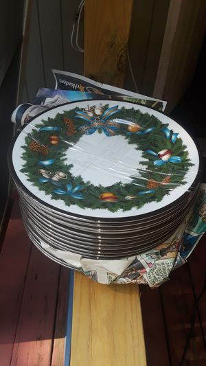Christmas decorative dinner Plates, Set of 16 for Sale in Kennesaw, GA