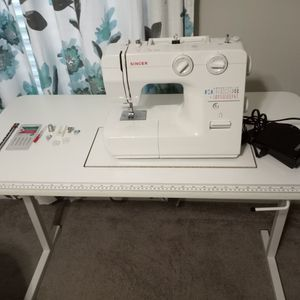 SINGER Sewing Machine W/Table for Sale in Ruskin, FL