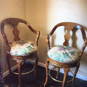 Beautiful And Rotates Amazing Chairs Tall Chairs for Sale in Fresno, CA