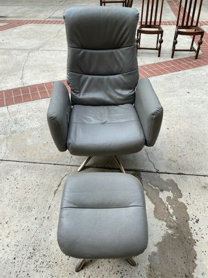 MODERN LEATHER RECLINER SWIVEL OTTOMAN for Sale in Huntington Beach, CA