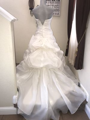 New wedding dress ivory size #4 it's w/vail including tangs still on it. for Sale in Sanger, CA