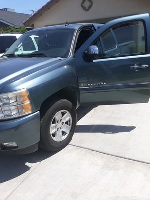 09 chevy Silverado 132k miles crean little runs great a/c works perfect celan interior for Sale in Exeter, CA