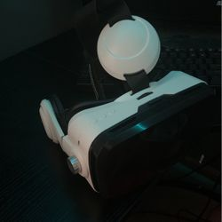 Sharper Image Vr With Bluetooth Headphone for Sale in Elgin,  IL
