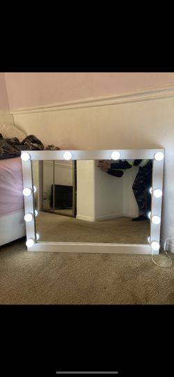 35 x 29 Vanity mirror changes brightness and can dim lights Ready to hang does not stand alone Espejo de vanity for Sale in Lynwood,  CA