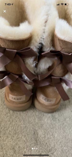 Bailey bow uggs size 9 for Sale in Huntington Beach, CA
