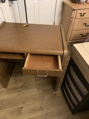 Small desk for Sale in Lakeland, FL
