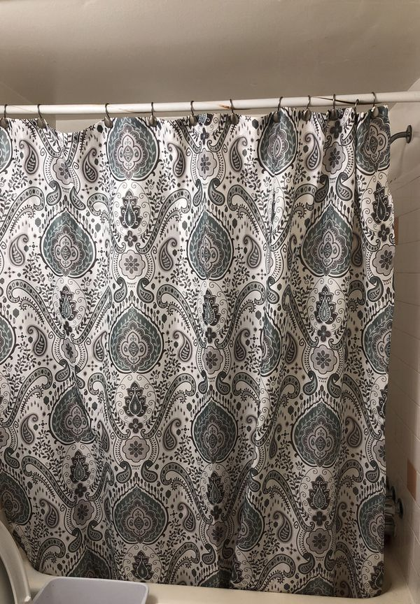 Shower curtain and bathroom rugs in the kitchen rug very good condition