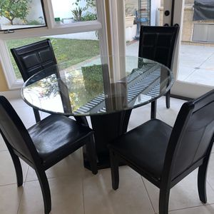 Poundex Round Dining Table and 4 Chairs Good Condition for Sale in Santa Ana, CA