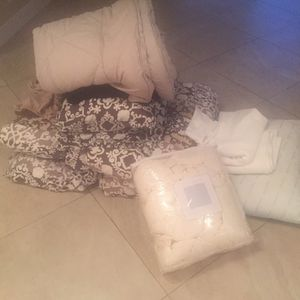 Free Comforter And Pillows for Sale in Fort Lauderdale, FL
