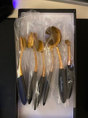 6 pc makeup brushes w/storage pouch for Sale in Rockville, MD