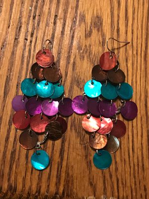 COLORED SHELL PIECES EARRINGS for Sale in Madera, CA