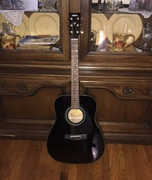 Yamaha F335 Acoustic guitar + guitar case for Sale in Chicago, IL
