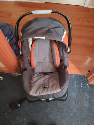 Baby car seat w/ base for Sale in Harrisburg, PA