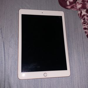 iPad (6th Generation) Rose Gold 32GB for Sale in Blacklick, OH
