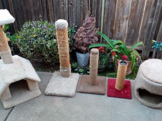 Cat House/Scratch Posts $20 Each for Sale in Fresno,  CA