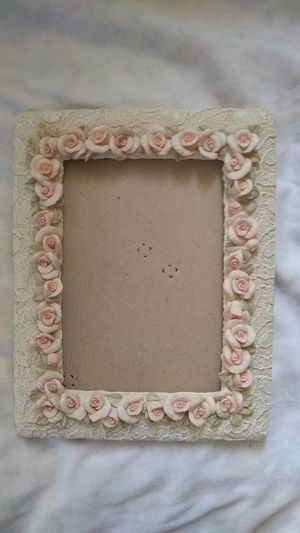 """7""""-10"""" picture frame with pink roses all the way around for Sale in Wenatchee, WA"""