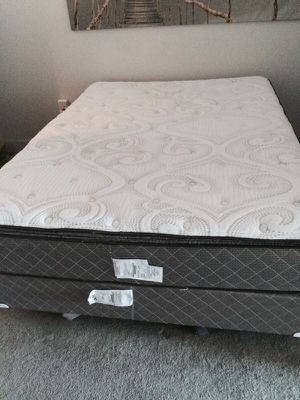 QUEEN PILLOW TOP DELUX GRADE MATTRESS AND BOXSPRINGS for Sale in Tampa, FL