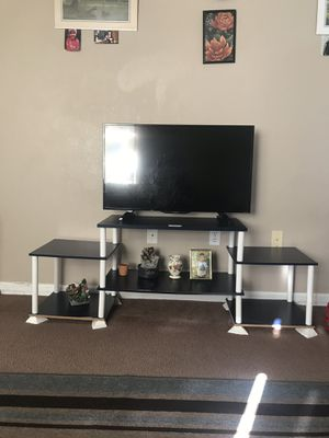 Insignia Tv with a tv Table for Sale in Columbia, MO