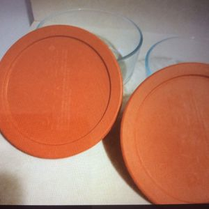 Two small Pyrex bowls with lids. for Sale in Joliet, IL