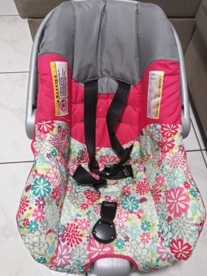 Baby car seat with base for Sale in Hallandale Beach, FL