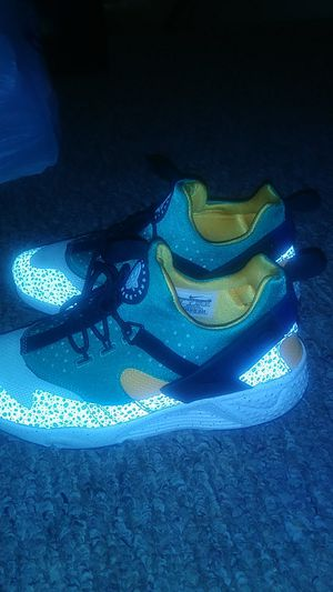 Nike Huaracne she's size 9 worn only once for Sale in Orlando, FL