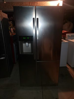 Kenmore Refrigerator working in great conditions ice maker doesn't work for Sale in Anaheim, CA