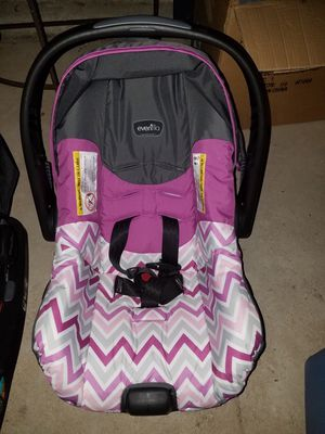 Car seat with base for Sale in Cheyenne, WY