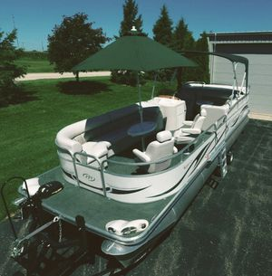 💥💥2006 Manitou Legacy Pontoon Boat and Trailer💥💥 for Sale in Cleveland, OH