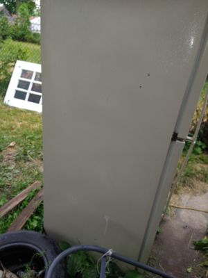Whirlpool freezer fridge don't get that cold but freezer work's great for Sale in Galloway, OH