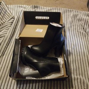 Fashion Nova Size 8 Platform Boots for Sale in Warren, MI