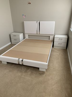 New white and silver queen 3 piece bedroom set FREE DELIVERY and installation . Bed frame, 2 night stands for Sale in Pembroke Pines, FL