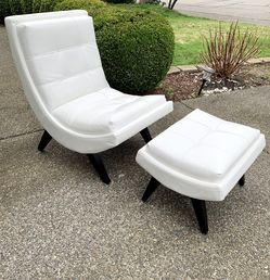 Beautiful White Leather Tufted Modern Lounge Chair With Matching Ottoman/ Footrest (LIKE NEW CONDITION) for Sale in Renton,  WA