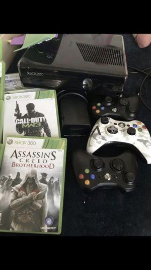 Estoy vendiendo este Xbox 360 con 3 controles y 17 movie está en buenas condiciones for Sale in Fort Washington, MD