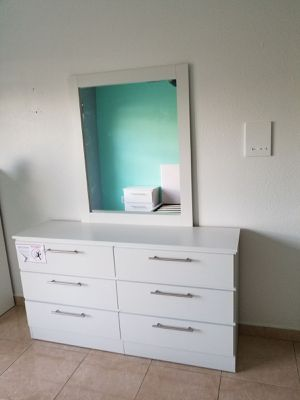 Comoda con espejo... Dresser with mirror for Sale in Miami Springs, FL