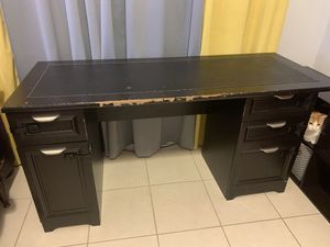 Free - Black desk with matching hutch for Sale in St. Petersburg, FL