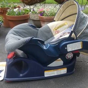 Graco Infant Car Seat And Carrier for Sale in Moreland Hills, OH