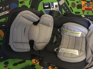 Infant car seat and base for Sale in Davenport, IA