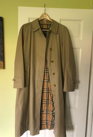 Burberry woman XL raincoat. almost new. Perfect condition. Only accept payment via Venmo. for Sale in Miami, FL