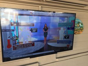 Sony smart tv 60 inch with remote and wall mount for Sale in Gardena, CA