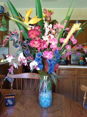 Artificial flower arrangement with vase for Sale in Richardson, TX