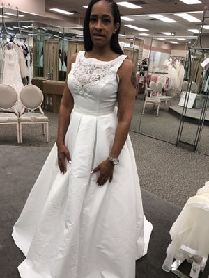 David's bridal wedding dress size 10. Still in perfect condition, worn once for Sale in Atlanta, GA