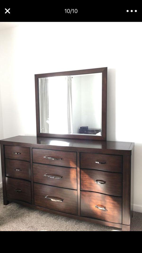 Queen size bedroom set.