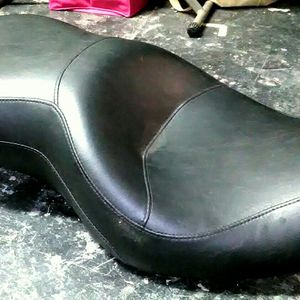 HARLEY DAVIDSON 1 Piece 2 Seater Touring Seat Dyna Models 2004-2006 Sundowner RDW-92/61-0067 for Sale in Palm Harbor, FL