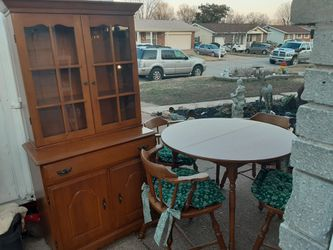 REALLY NICE LOOKING VINTAGE Table and Chairs WITH A HUTCH Great condition for Sale in Arnold,  MO