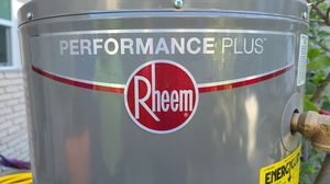 Rheem 40 galon Gas water heater comes with metal box for Sale in West Hollywood, CA