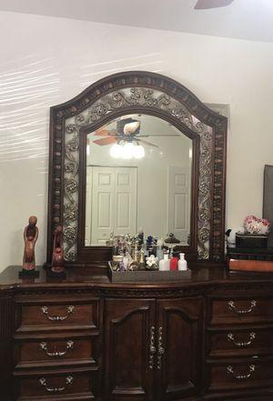 REAL WOOD BEDROOM SET QUEEN W/ EXCLUSIVE LAMPS for Sale in Hialeah, FL