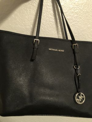Nice Michael Kors bag black authentic / summer closet cleaning. for Sale in Phoenix, AZ