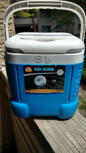 Igloo 14 ice cube 12 can cube shaped cooler for Sale in Columbus, OH