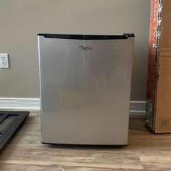 Whirlpool Mini Fridge for Sale in Cleveland,  OH